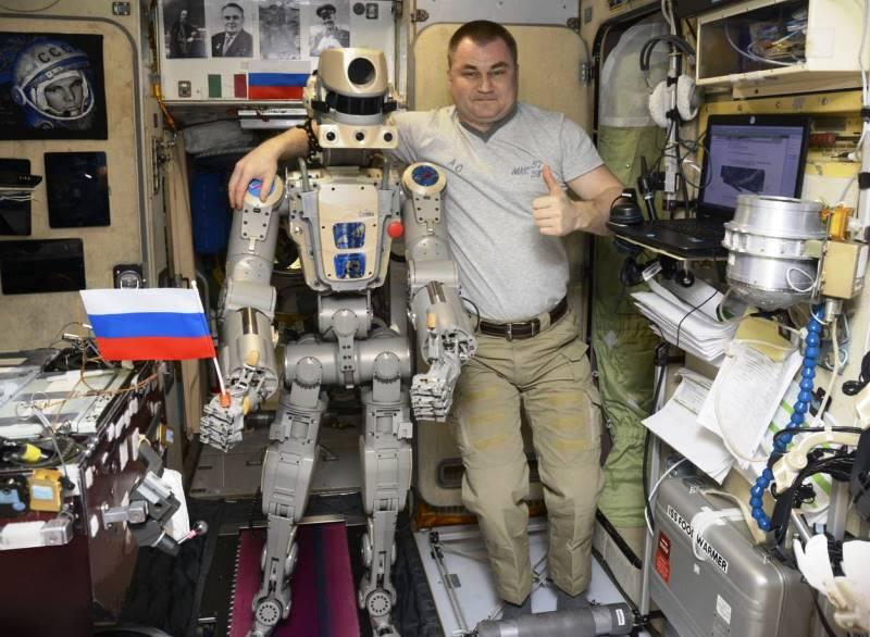 Робот FEDOR и космонавт Алексей Овчинин на МКС